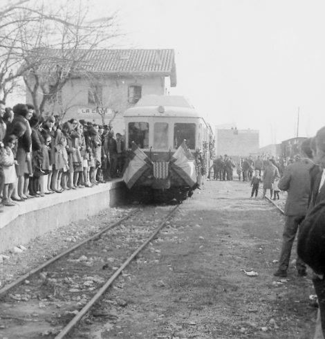 """Últim viatge del carrilet el 31 de desembre de 1967 // Font: Col·lecció """"Imatges i records. Deltebre"""", Viena Edicions, 2003."""